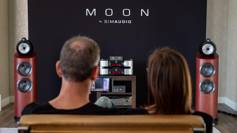 couple assis devant un système son moon