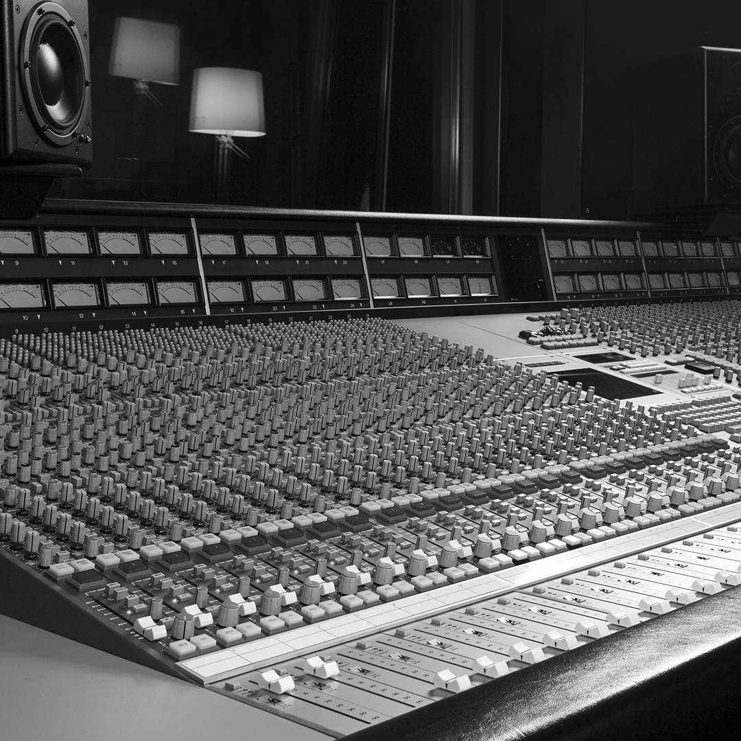 grande table de mixage dans studio d'enregistrement